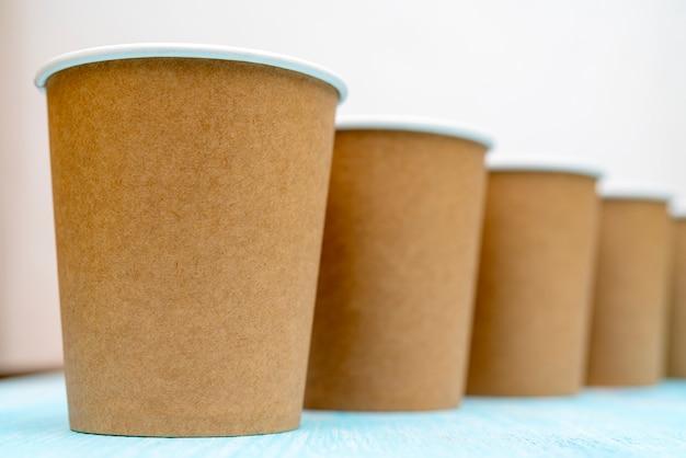 Gobelets en papier jetables bruns pour les boissons. Photo Premium