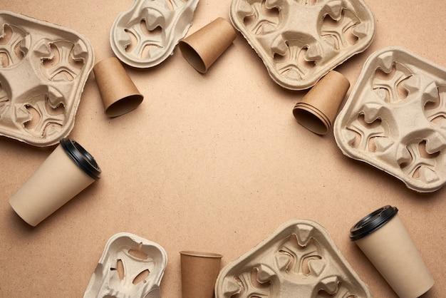 Gobelets En Papier Jetables En Papier Kraft Brun Et Supports En Papier Recyclé Sur Un Fond En Bois Marron Photo Premium