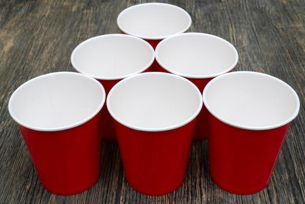 Gobelets en papier jetables rouges pour les boissons. Photo Premium