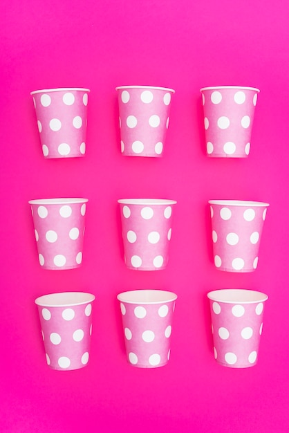 Gobelets en papier pour fêtes organisés en rangées Photo gratuit