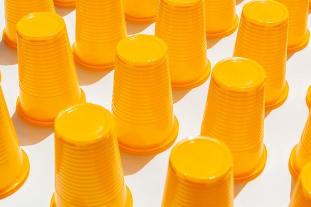 Gobelets en plastique jaune Photo Premium