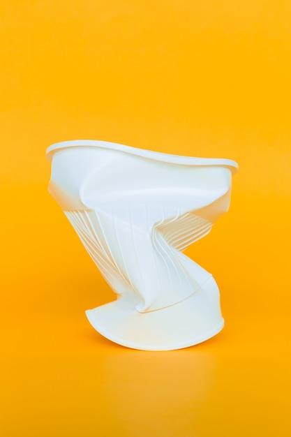 Gobelets en plastique à la poubelle Photo Premium