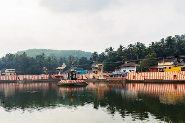 Gokarna, inde - mars 2019: belles maisons indiennes sur le lac sacré koti teertha dans le centre de gokarna Photo Premium