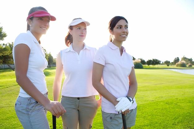 Golf trois femme dans une rangée d'herbe verte Photo Premium