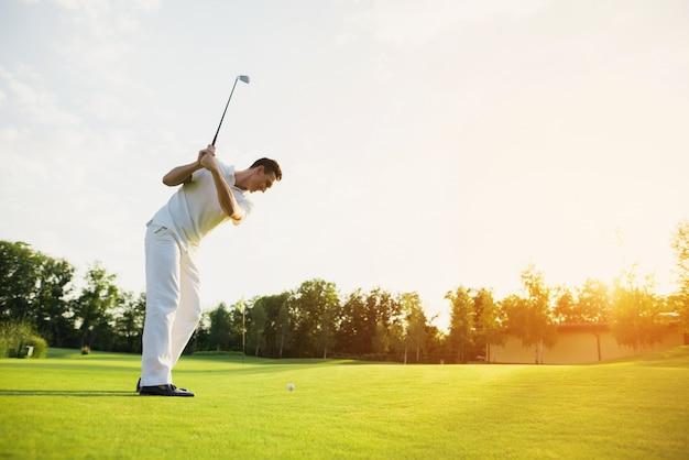 Golfeur professionnel prenant un coup de swing sur le parcours. Photo Premium