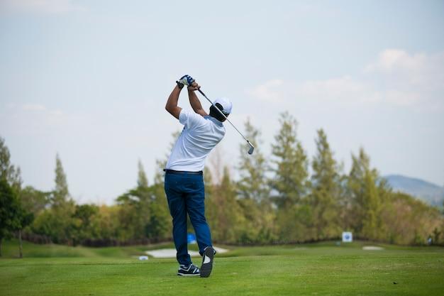 Les golfeurs ont frappé un parcours de golf en été Photo Premium