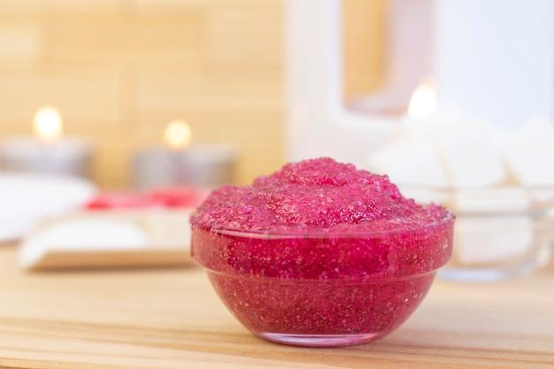Gommage Corporel Rose Naturel à Base De Sucre. Gommage Rose Dans Une Tasse En Verre Avec Des Bougies Et Du Sucre. Photo Premium