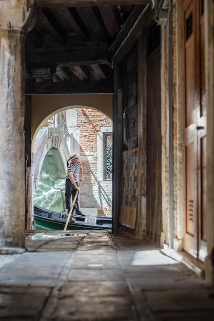 Gondole Navigue Dans Le Canal à Venise, En Italie Photo Premium