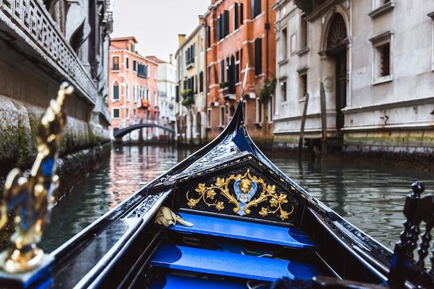Gondole Traditionnelle Sur Le Canal étroit Sur Le Coucher De Soleil à Venise, Italie Photo Premium