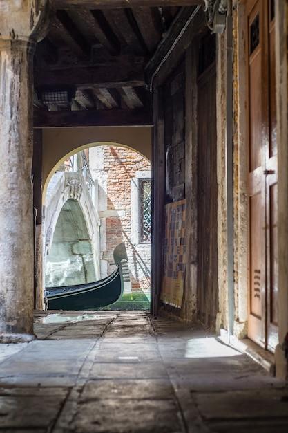 Gondoles Sur Le Canal à Venise, En Italie. Vieille Ruelle Photo Premium