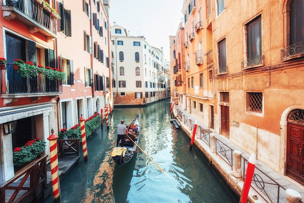 Gondoles sur le canal à venise. venise est une destination touristique populaire en europe. Photo Premium
