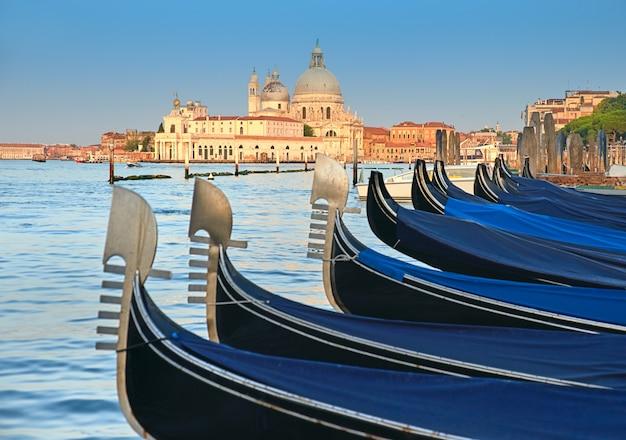 Gondoles Sur Le Grand Canal Avec La Basilique Santa Maria Della Salute à Venise Photo Premium
