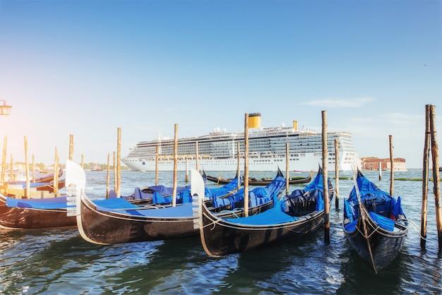 Gondoles sur le grand canal à venise, église san giorgio maggiore. san marco. Photo Premium
