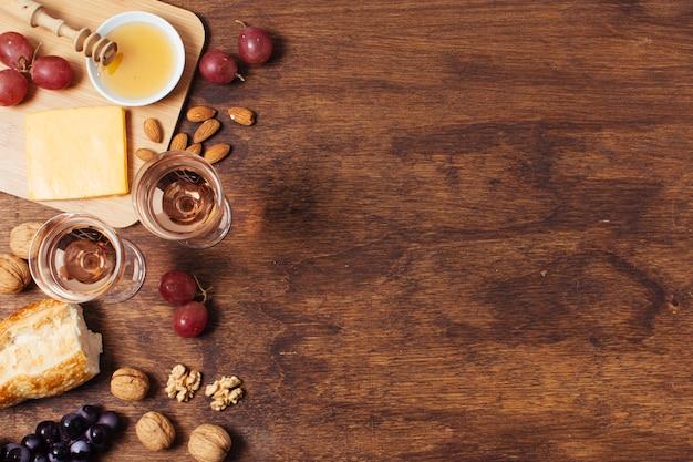 Goodies pique-nique plat sur fond en bois avec espace de copie Photo gratuit