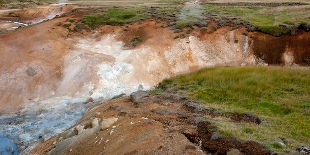 Des gorges d'eau vive creusées dans les prairies Photo Premium