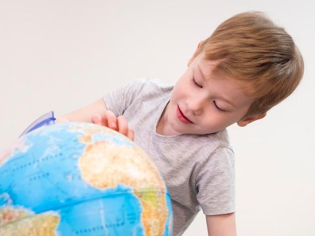 Gosse, Jouer, à, Globe Terre Photo gratuit