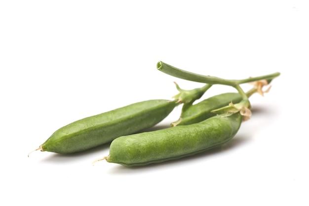 Gousses De Pois Verts Avec Des Feuilles Isolées Sur Fond Blanc Photo Premium
