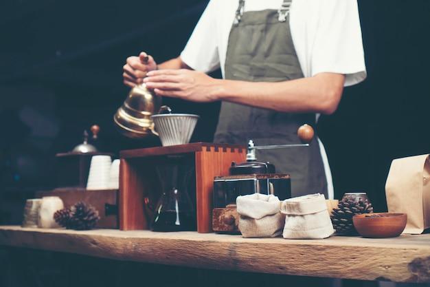 Goutte à café, processus de filtrage du café, image de filtre vintage Photo Premium