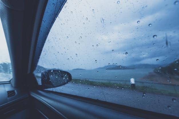 Goutte de pluie sur le verre auto Photo Premium