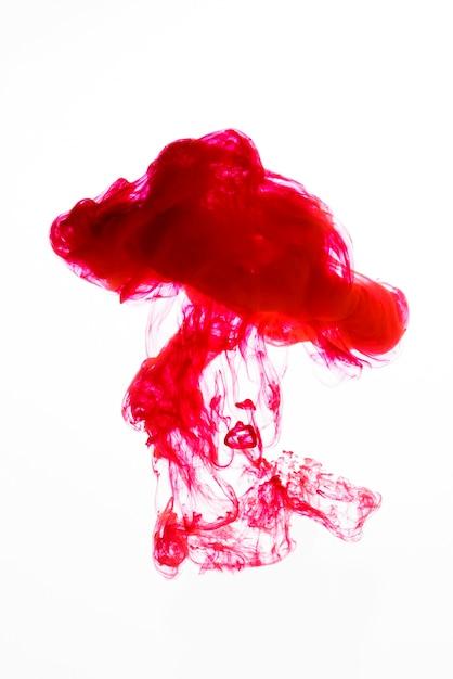 Goutte rouge colorée tombant dans l'eau Photo gratuit