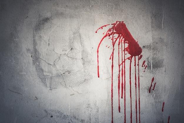 Goutte de sang rouge sur le mur dans la maison abandonnée Photo Premium