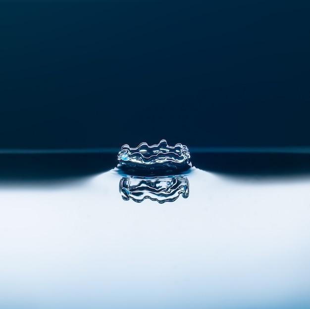 Gouttes d'eau tombant Photo Premium