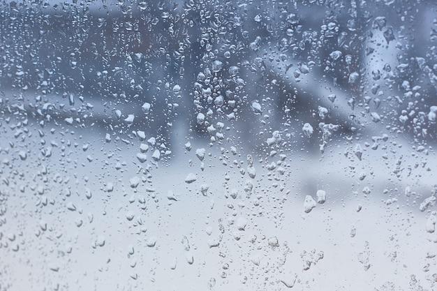 Gouttes d'eau sur le verre de la fenêtre Photo Premium