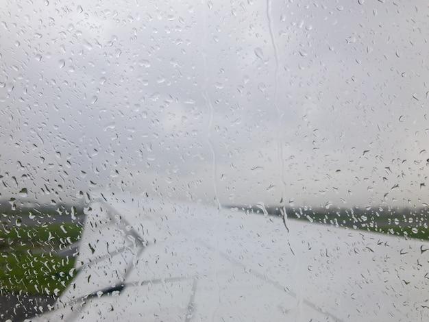 Gouttes De Pluie à L'extérieur De La Fenêtre De L'avion Photo Premium