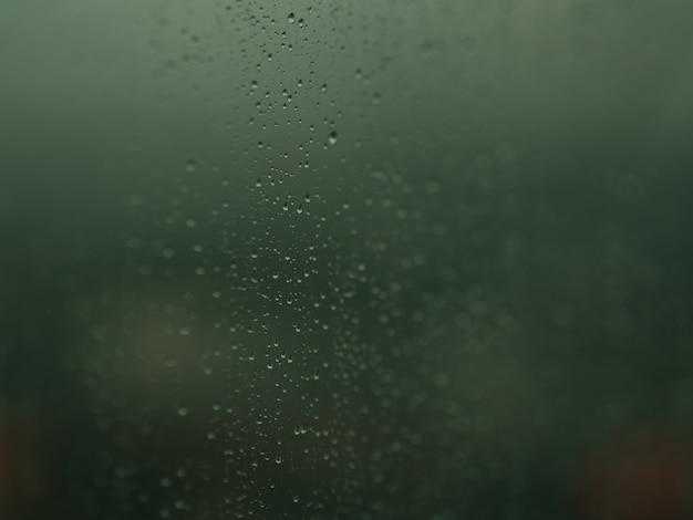 Des gouttes de pluie sur les fenêtres. Photo Premium