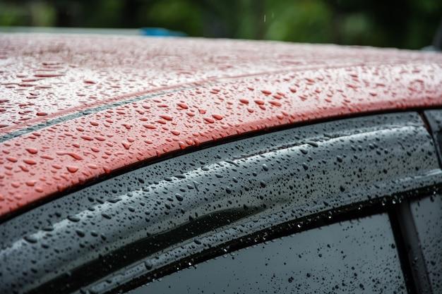 Gouttes de pluie sur la vitre et le rétroviseur de la voiture Photo Premium