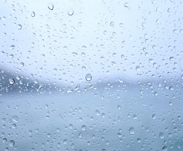 Gouttes de pluie sur une vitre Photo Premium