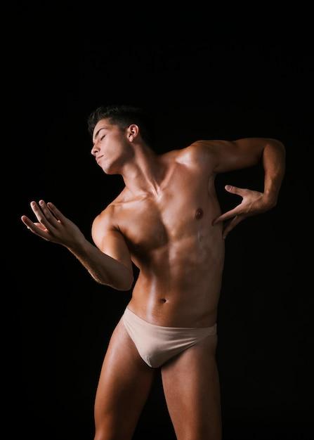 Gracieux mec danse avec les yeux fermés Photo gratuit