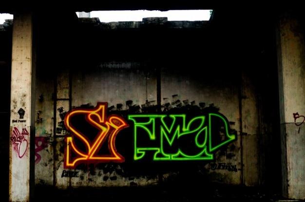 Graffitis Dans Un Bâtiment Abandonné Photo gratuit