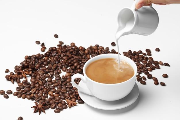 Grain De Café Petite Tasse Pleine De Grain De Café Isolé On White Photo Premium