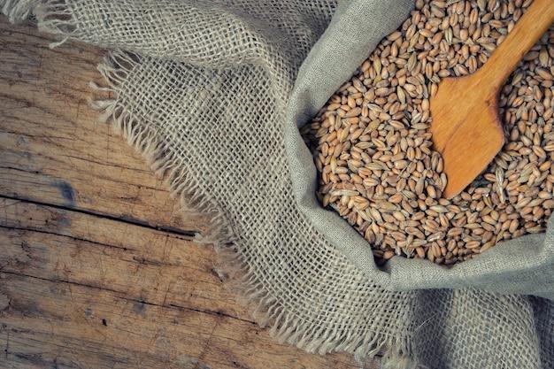 Grain Dans Un Sac En Toile Photo Premium