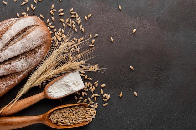 Graines de blé et pain cuit Photo gratuit