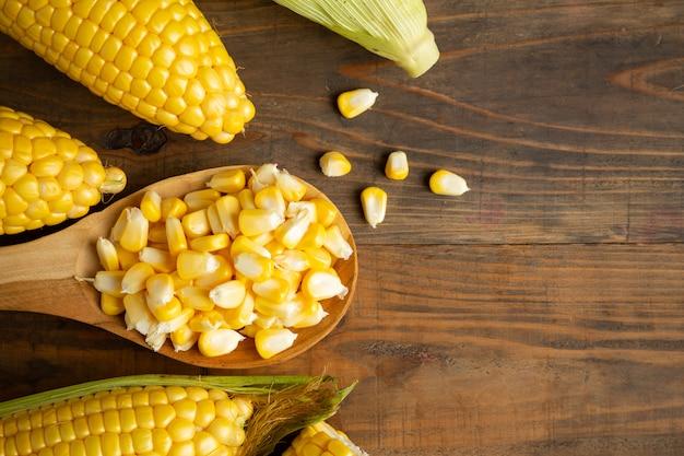 Graines et maïs sucré sur une table en bois. Photo gratuit