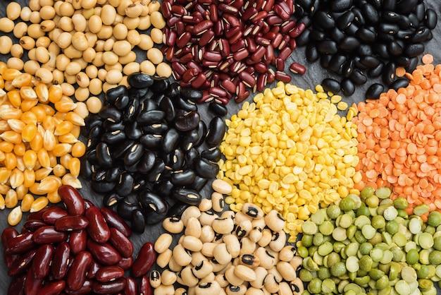 Graines séchées multicolores pour le fond, différentes légumineuses sèches pour manger sainement Photo Premium