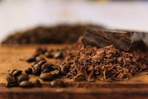 Grains de café et boucles de chocolat sur une planche à découper Photo gratuit