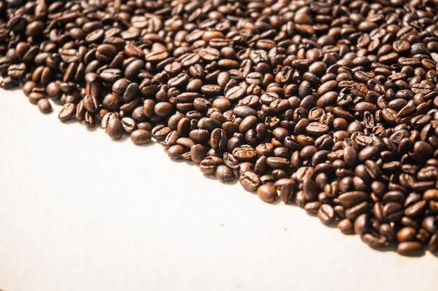 Grains de café bruns et graines Photo gratuit