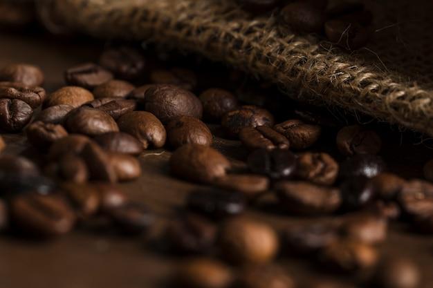 Grains de café sur le bureau en bois Photo gratuit