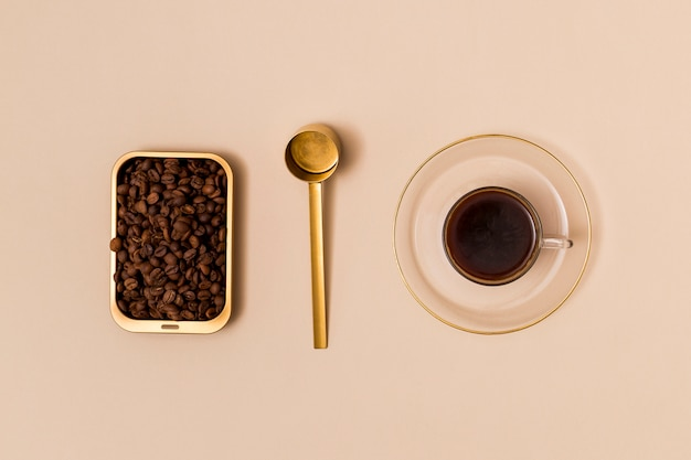 Grains de café et café noir Photo gratuit