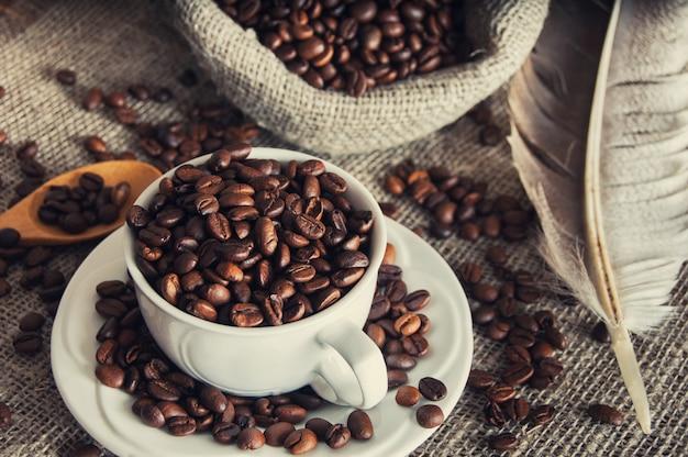 Grains de café dans une tasse blanche Photo Premium