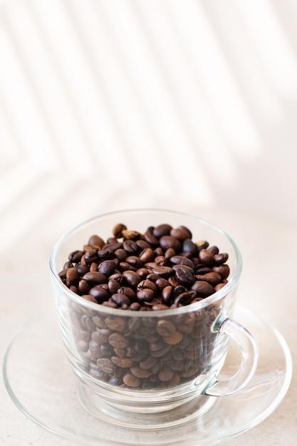 Grains De Café Dans Une Tasse En Verre Sur Une Table. Photo gratuit