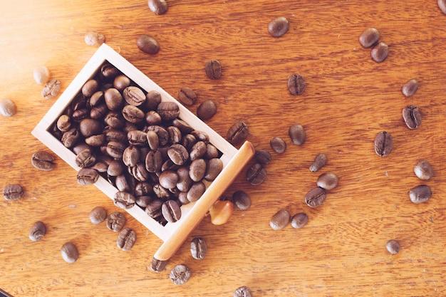 Grains De Café Dans Un Tiroir En Bois Se Bouchent Photo Premium
