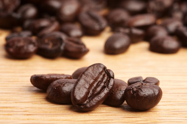 Grains de café sur fond de bois Photo Premium