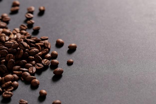 Grains De Café Sur Fond Sombre Photo gratuit