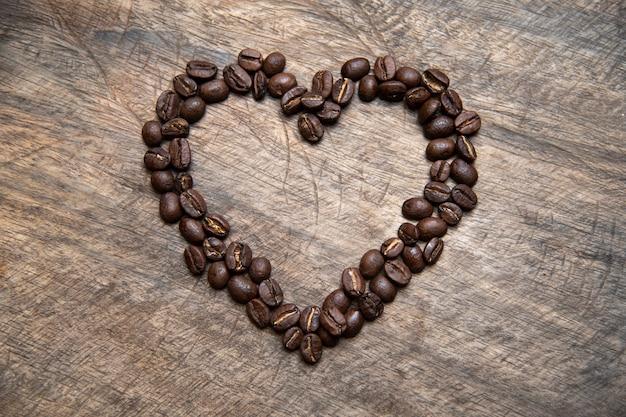 Grains de café en forme de coeur, concept de la saint-valentin Photo Premium