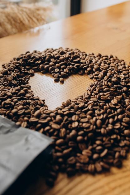 Grains De Café En Forme De Coeur Sur La Table Photo gratuit