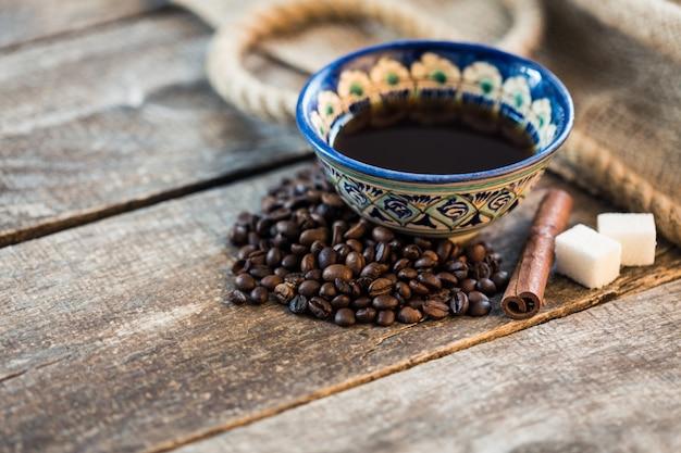 Grains de café. grains de café torréfiés sur la table en bois marron Photo Premium
